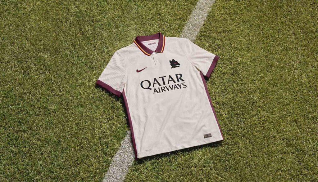 نایک رسما پیراهن دوم تیم فوتبال آ اس رم را در فصل 2021 معرفی کرد